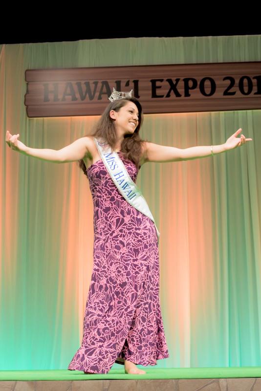 ミスハワイ2014のステファニー・ステウリさんによるフラパフォーマンス