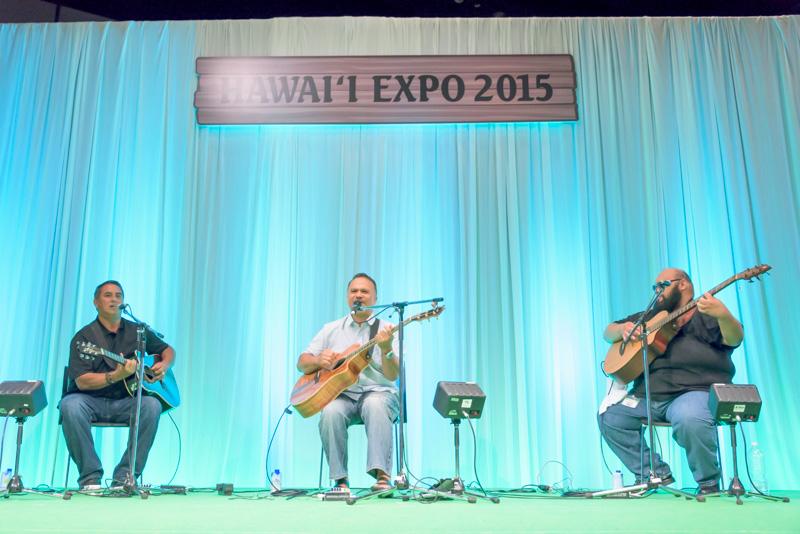 ウェルドン ケカウオハとバンドメンバーによる演奏