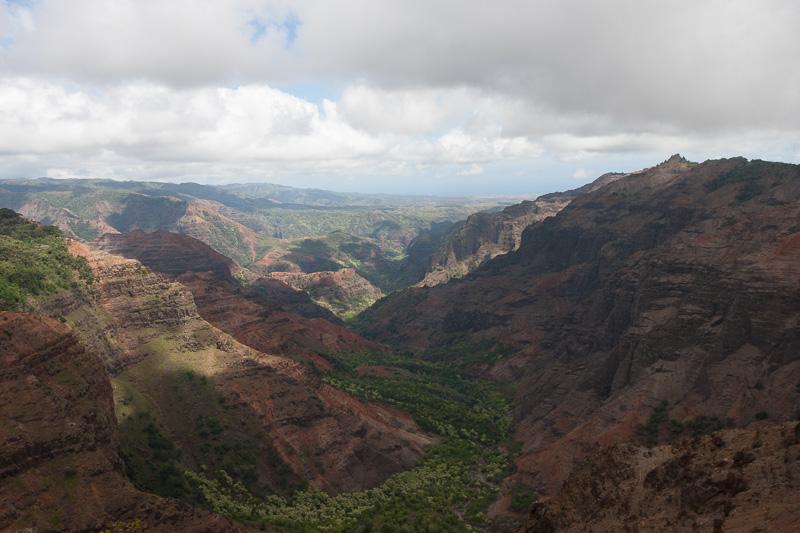 プウ・ヒナヒナ展望台から眺めたワイメア渓谷