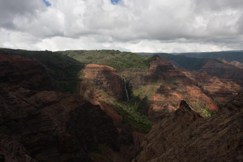プウ・カ・ペレあたりにある展望ポイントから見たワイメア渓谷。左に滝が見える