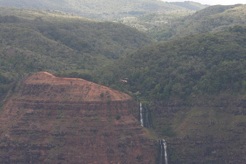 滝の近くを飛ぶヘリコプター