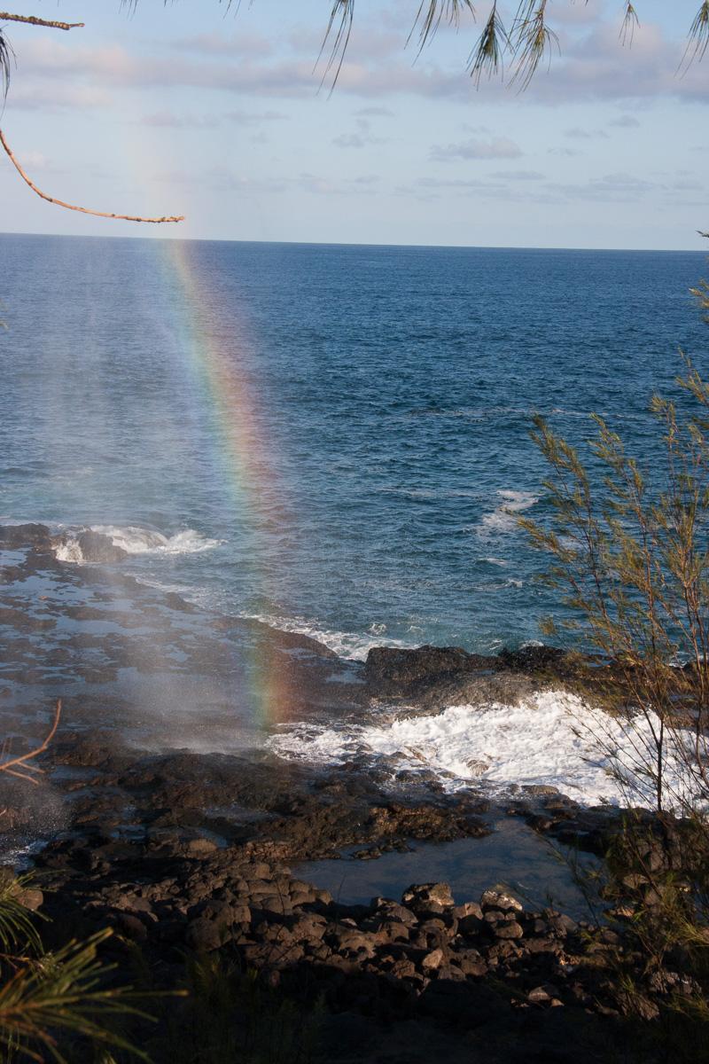 ボビーさんが夕刻に訪れたのは、この虹を見せるため。波が打ち寄せる度に虹が見え、場所によってはダブルレインボーが見られるという