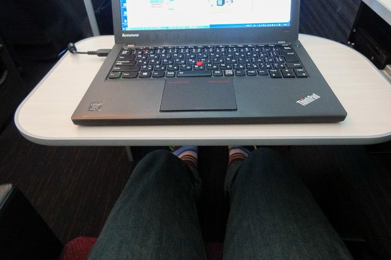 12.5インチのノートPCを置いた状態。テーブルの大きさを感じていただけるかと思う