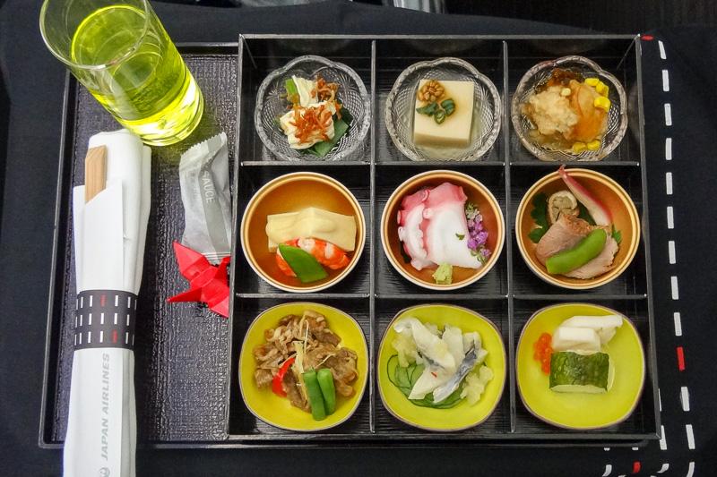 9つ仕切りの器に関西各地の料理が散りばめられた和食メニュー