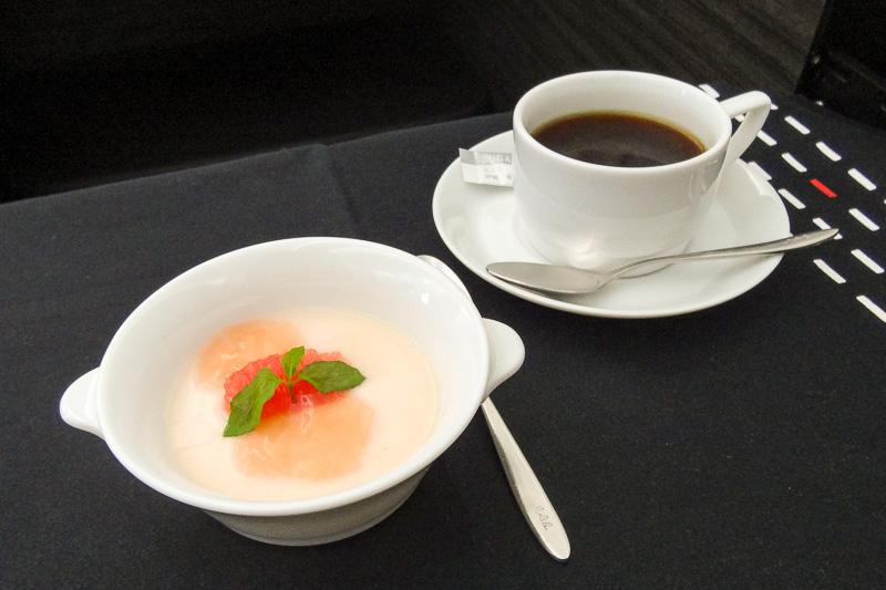 山田チカラシェフ監修の「ピンクグレープフルーツのムース」と、JALオリジナルコーヒーの「コロンビア・プラス」