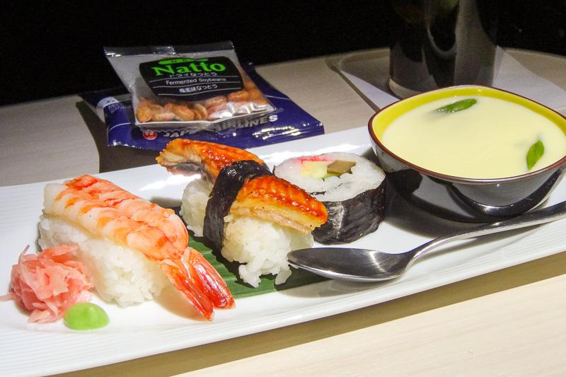 復路便はジャカルタを夜に出て、日本の朝に到着するスケジュールのため、離陸後に軽食、到着前に朝食のパターン。朝食はまるで旅館の朝ご飯のような和食メニュー