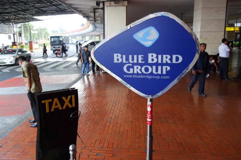 「BLUE BIRD」タクシーに乗ってジャカルタへ。スカルノ・ハッタ空港からジャカルタ市内までおおよそ15万ルピア。日本円で1500円ほど