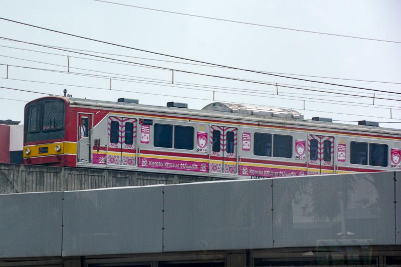 インドネシアといえば日本から払い下げられた鉄道車両が活躍していることでも有名。広告だと思うが、なんだかかわいくデコられている