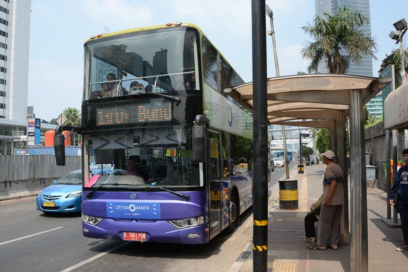 行きの飛行機で知り合った現地在住の方に教えていただいたシティツアーバス。無料でジャカルタ市内を巡回する2階建ての観光バスで、有名な場所に行くのに便利。宿泊していたホテルから歩いて15分ぐらいのところに停留所があったので乗ってみた。鉄道との連絡は「Juanda」駅の近くに停留所がある