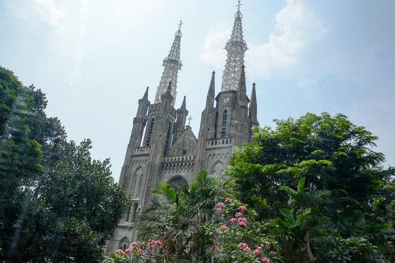 シティツアーバスから教会「カテドラル」を見て、観光気分を満たす