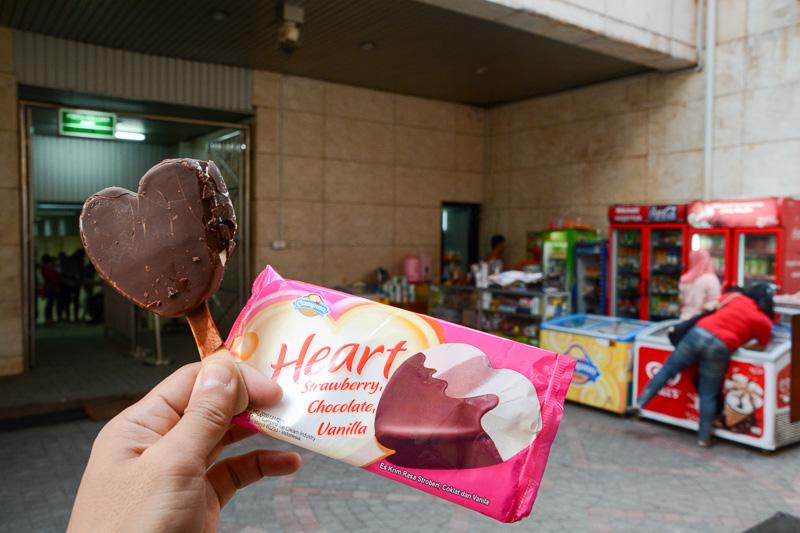あまりの暑さにアイスクリームを買ったらブロークン・ハートな塊が登場、という話のネタができたと1人ほくそ笑む