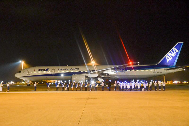 写真は2014年運航のギャラクシーフライトで、本来は貨物便として運航していたボーイング 777-300型機を使用した。今年はボーイング 777-200型機を使い、ほかの旅客機同様の空港サービスを利用できるようになった(写真提供:ANA)