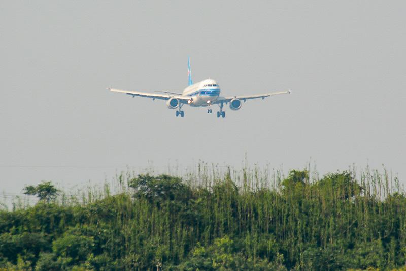 定刻の14時50分より30分程度遅れて、深センからの最初の着陸便がやってきた