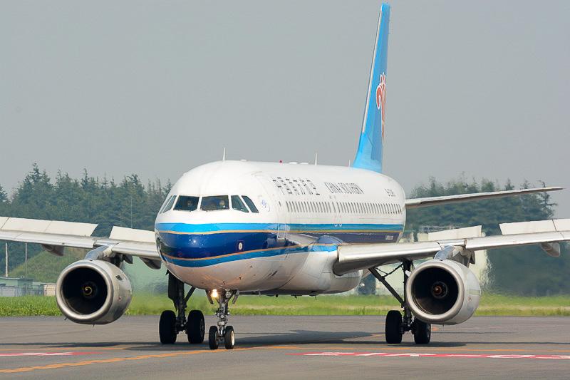 駐機場(エプロン)エリアに移動する中国南方航空機