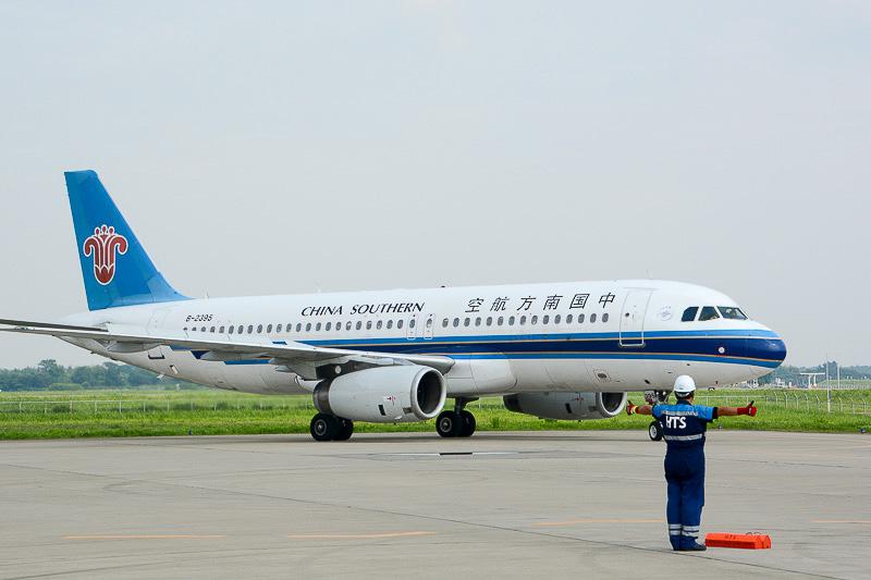 エプロンエリアで向きを変えて駐機する中国南方航空機