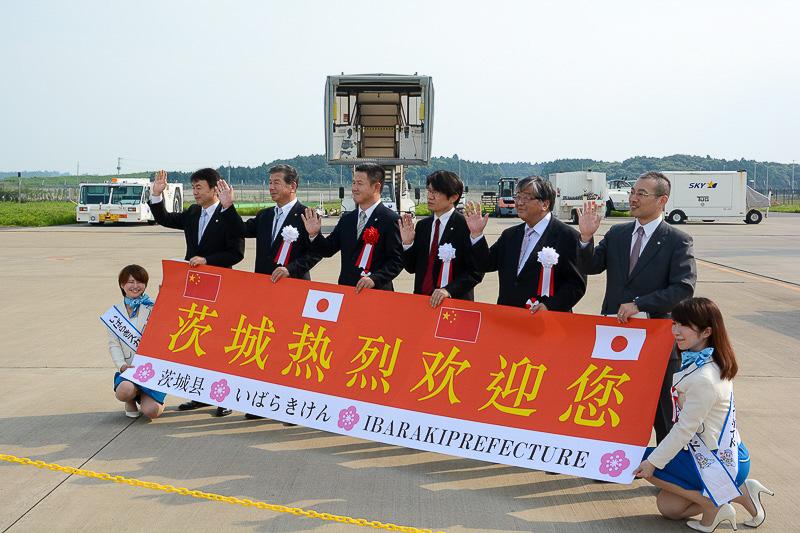 胸に赤い花をつけている人が、中国南方航空日本支社長の呉国翔氏