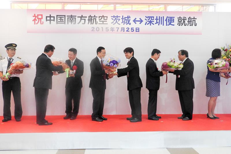 まず、日本の方から中国の方に花束が贈呈された