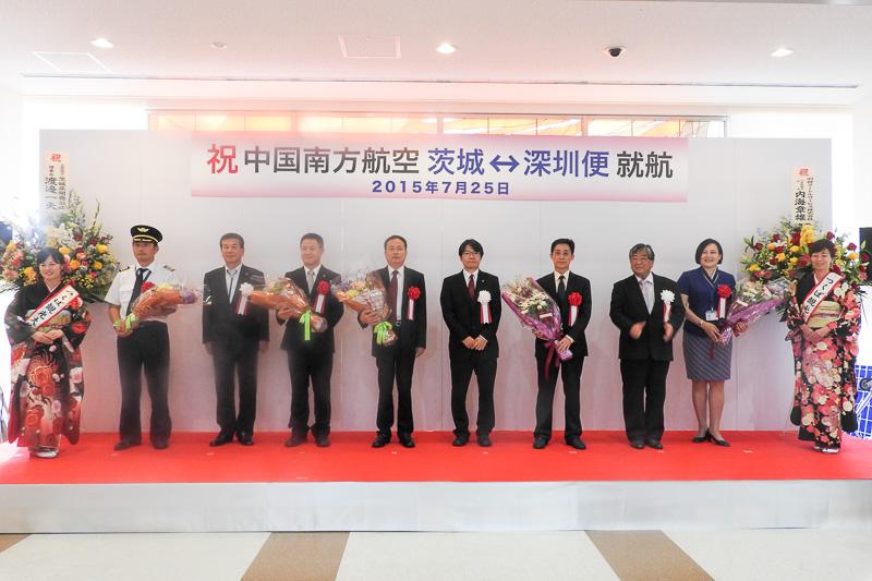 胸に白い花を付けている方が日本の来賓、赤い花を付けている方が中国の来賓