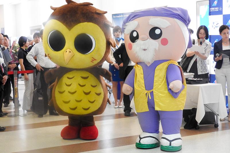左がつくば市のシンボルキャラクター「ツクツク」。右が茨城県のマスコットキャラクター「ハッスル黄門」