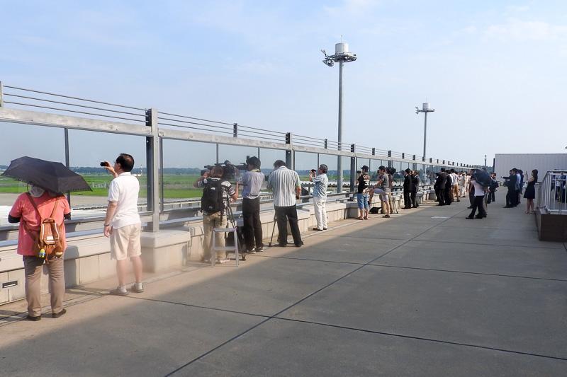 2階の送迎デッキには誰でも利用でき、航空機の離着陸の様子を見ることができる