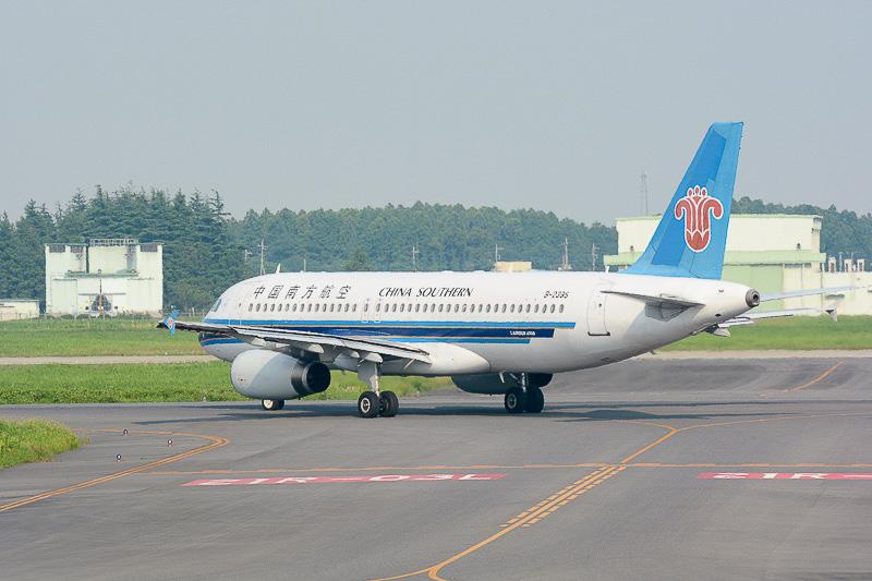 中国・深センへの離陸便がエプロンから滑走路へと移動していくところ