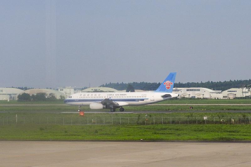滑走路を移動する中国南方航空機