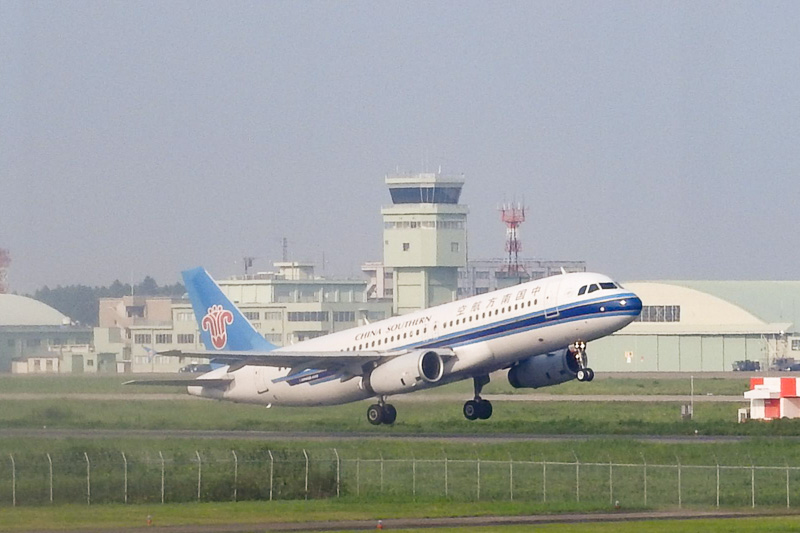 中国南方航空機が離陸する瞬間