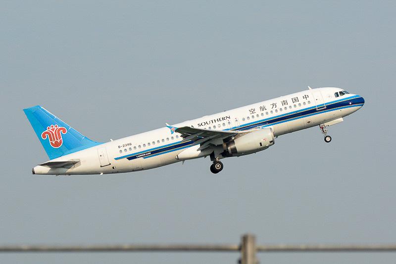 送迎デッキの目の前から深センへ向けて飛び立っていく中国南方航空機