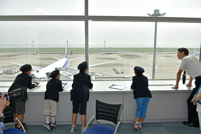 広い窓から駐機しているANA機がよく見えるインタビュールーム。大好きな飛行機を間近に見て、興奮も最高潮のキッズレポーターたち