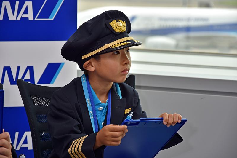 ANAの飛行機が大好きで、飛んでいる機種も分かるという二ノ宮淳平くん(7歳)