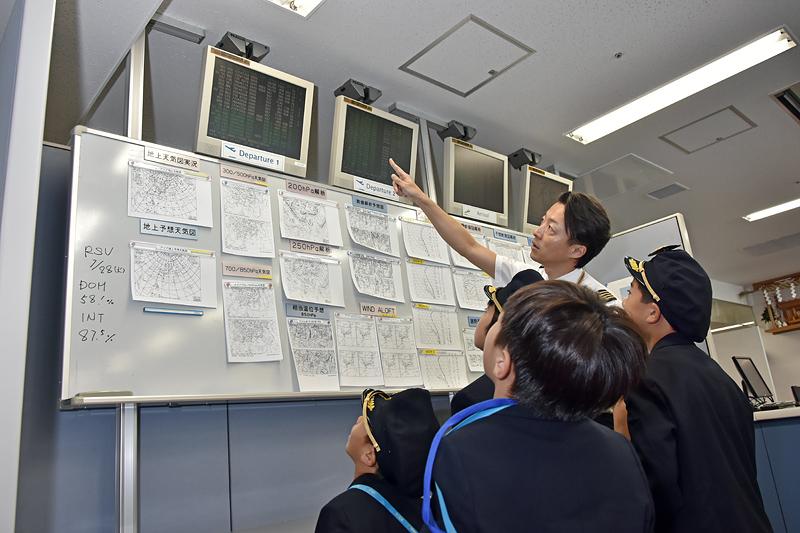 最新の情報は印刷されて張り出され、一覧できるようになっている。出発地と到着地、地上と上空など、たくさんの要素を把握しなければならない