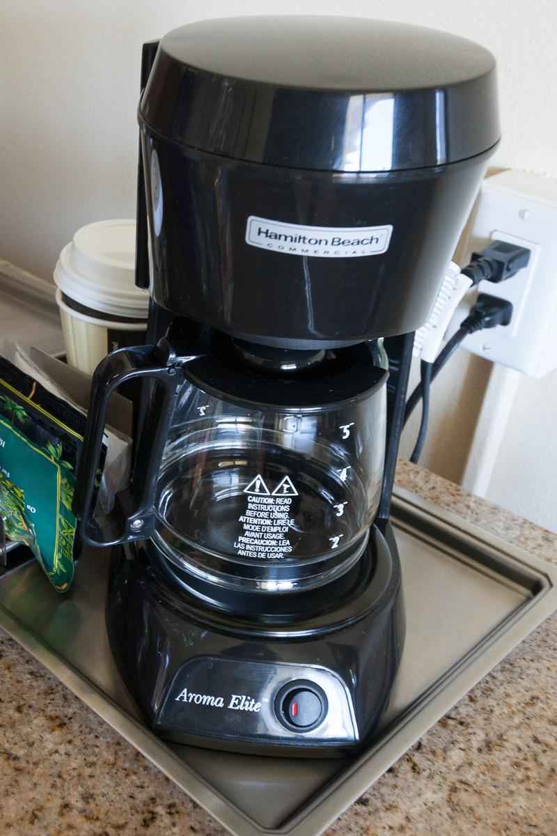 コーヒーメーカー。カウアイコーヒーを毎日飲むことができるのも嬉しいが、後ろの2連コンセントも嬉しい