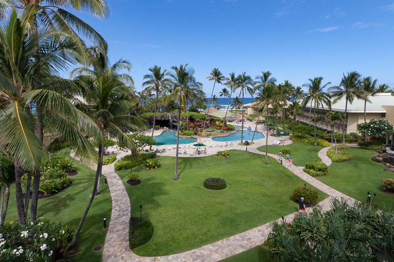 カウアイ ビーチ リゾートのオーシャンビュータイプの部屋からの眺め。芝生、椰子、プール、海と、リゾート要素にあふれている