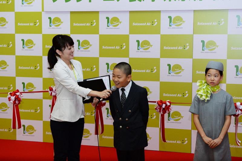 パイロットの制服を着用した北島響くん(左)と、CAの制服を着た吉村風香さん(右)