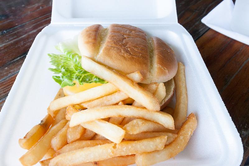 アクティビティの前に腹ごしらえ。もちろんクアロア牛のハンバーガーで。美味でした