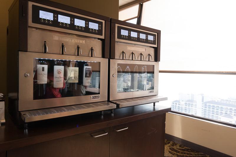 軽食などはラウンジ利用料に含まれている。無料ドリンクもあるが、特別な有料ワインもある