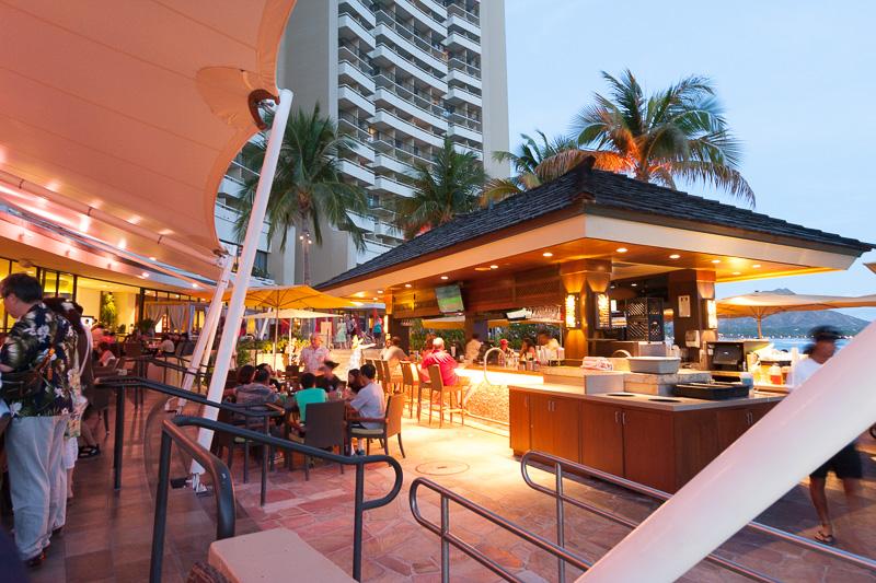 こちらはビーチサイドレストラン「カイ・マーケット」から見たところ。中央に見えるのは、ビーチサイドバー「エッジ・オブ・ワイキキ」のバーカウンター
