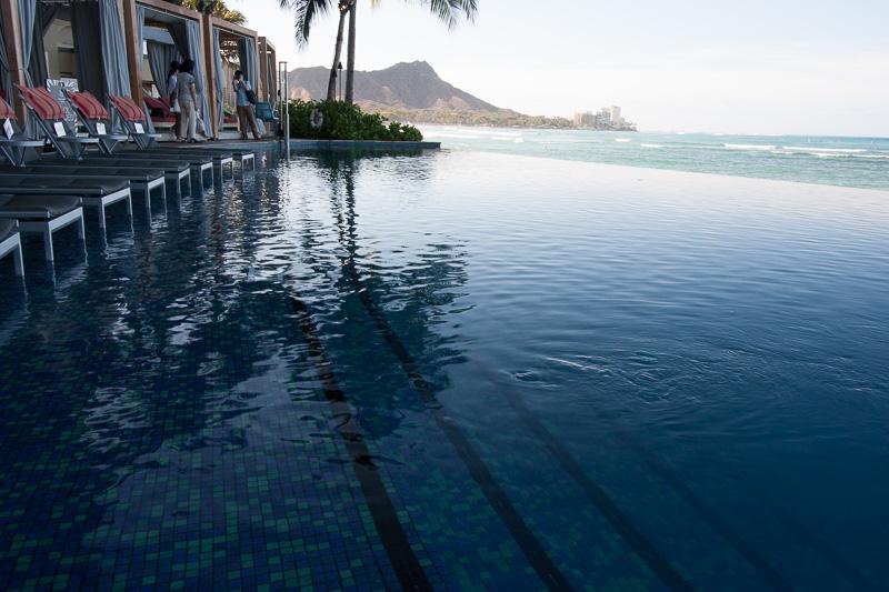 プールサイドのチェアも、プール上のものからプールサイドのもの、そして2人で過ごせるものまで、さまざまなものが用意されている