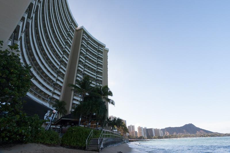 ビーチからホテルを見る。この近さ