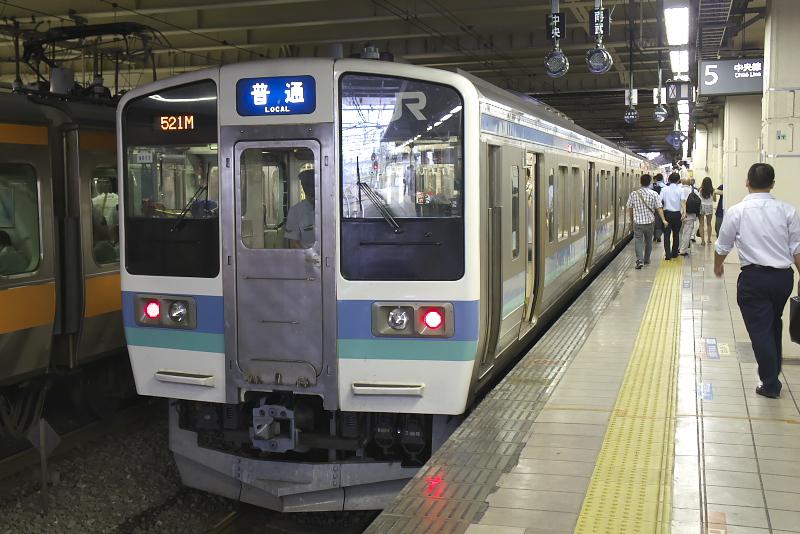立川駅5番線に停車中の211系。中央本線の甲府駅方面に向かう普通列車にはエメラルドグリーンのラインが入っている。