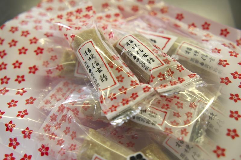 甲府駅構内の売店で購入した桔梗信玄飴。きなこと黒蜜の風味のやさしい味のソフトキャンディ