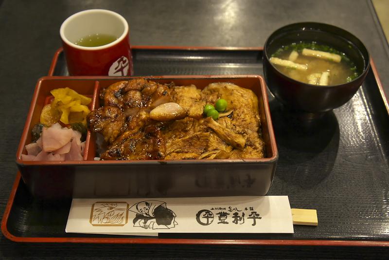 上州御用鳥めし 松重(900円)味わいの違うむね肉、もも肉の2種類の鶏肉を味わえる。秘伝のたれが絶妙で箸が進む