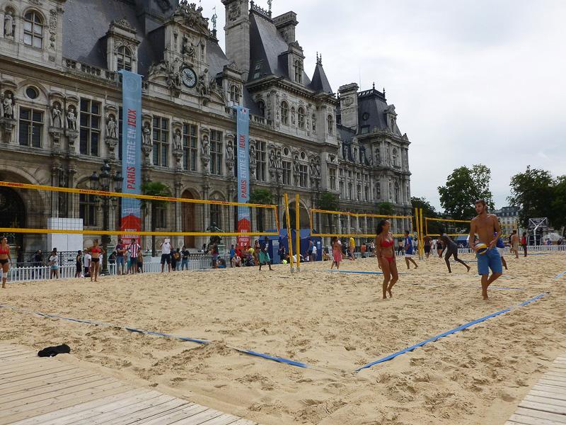 パリ市庁舎前に現れたビーチバレーコート。隣にはバスケットボールコートも