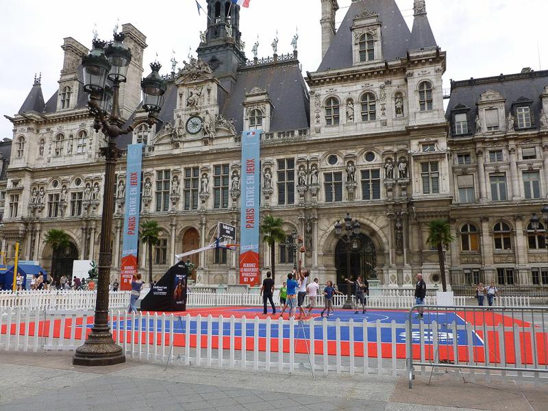 パリ市庁舎前にバスケットボールコートが出現