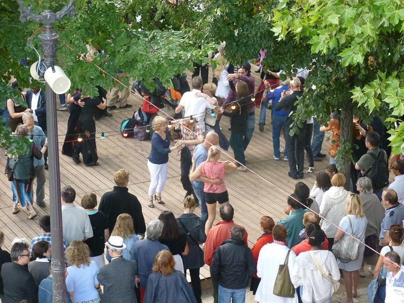ダンスコーナーではディスコミュージックから社交ダンスまで、さまざまなジャンルの音楽が流れ、参加者は好きなように踊っています