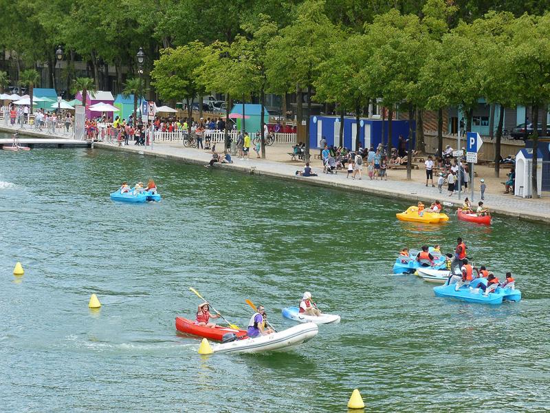 子供用ボートのほか、もう少し大きい子や大人には、普通のボートやカヌーもあります。監視員がエンジン付きボートでわざと近寄ってきては大きな波を作るのですが、そのたびに歓声があがっていました