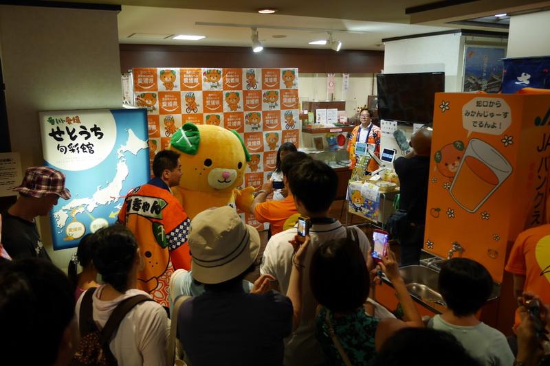 イベントは、香川・愛媛せとうち旬彩館の2階にある観光交流コーナーで開催。開始前から50人を超える子供連れやファンが集まった
