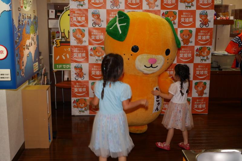 みきゃんは子供に大人気。握手に抱きつかれたりと、モテモテの様子