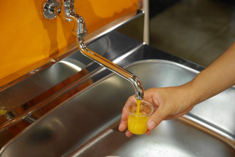 みかんジュースは、無添加みかん100%の高級品とのこと。みかんの甘酸っぱさが直接感じられ、とても美味しい