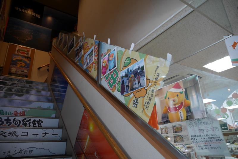 2階への階段にはみきゃんの写真が飾られていた